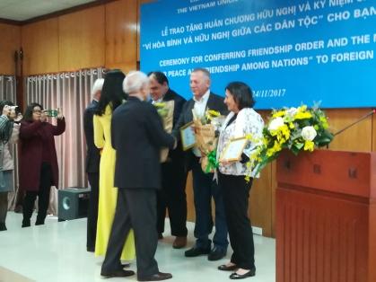 Presidente do CPV entrega medalha de amizade ao secretários geral e executivo e à presidenta dodo Conselho Mundial da Paz